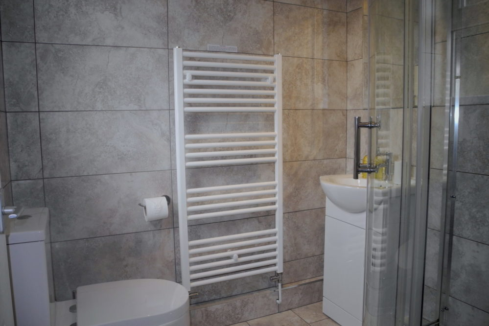 Bathroom-Jardine-apartment-Kings-Lynn-short-stay-holiday-let-rental.JPG-999x666 Accommodation